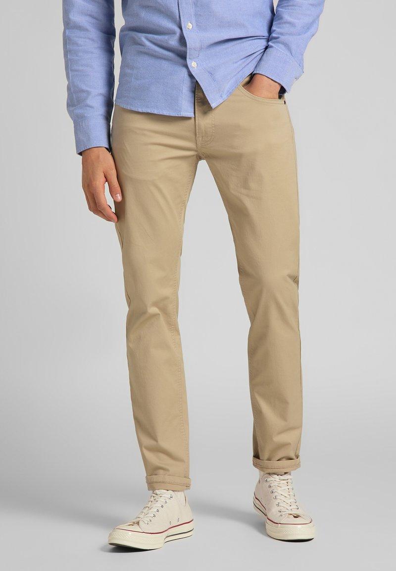 Lee - DAREN ZIP FLY - Trousers - service sand
