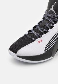 Jordan - AIR XXXV LOW - Chaussures de basket - white/metallic silver/black/university red - 5