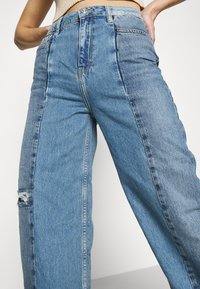 BDG Urban Outfitters - PUDDLE - Flared Jeans - blue - 3