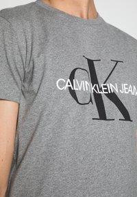 Calvin Klein Jeans - ICONIC MONOGRAM SLIM TEE - T-shirt med print - heather grey - 4