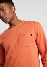 Mennace - ESSENTIAL SIGNATURE POCKET  - Long sleeved top - orange - 3