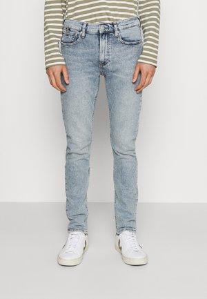 SLIM TAPER - Zúžené džíny - denim light