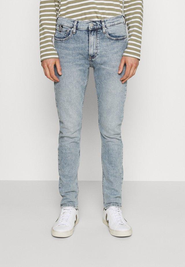 SLIM TAPER - Jeans Tapered Fit - denim light