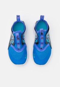 Nike Performance - FLEX RUNNER LIL UNISEX - Zapatillas de running neutras - signal blue/multicolor/sapphire/chlorine blue - 3