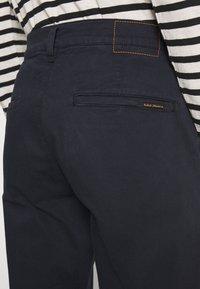 Nudie Jeans - EASY ALVIN - Chino kalhoty - dark midnight - 5