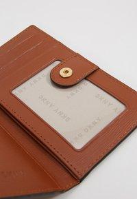 DKNY - BRYANT BIFOLD HOLDER - Wallet - chino caramel - 2