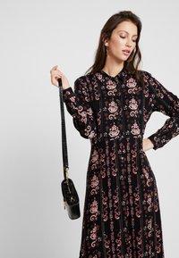 PEPPERCORN - LOUISA DRESS - Skjortekjole - black - 3