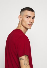 Tommy Jeans - BADGE TEE - Basic T-shirt - wine red - 3
