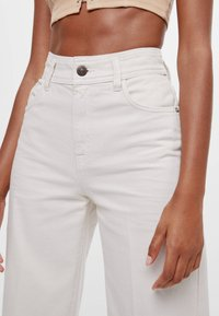 Bershka - MIT WEITEM BEIN - Flared jeans - beige - 3