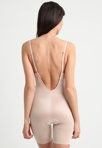 Spanx - SUIT YOUR FANCY PLUNGE LOW BACK MID TIGH  - Body - champagne beige