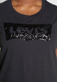 Levi's® Plus - PERFECT - T-shirts med print - meteorite - 4