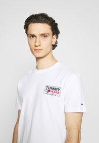 Tommy Jeans - SCRIPT BOX BACK LOGO TEE UNISEX - T-shirt med print - white - 3