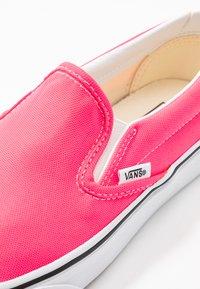 Vans - CLASSIC UNISEX - Slip-ons - knockout pink/true white - 2