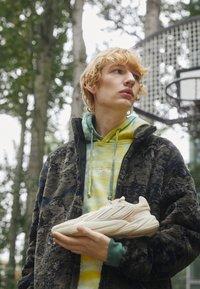 adidas Originals - OZELIA UNISEX - Sneakersy niskie - beige - 2
