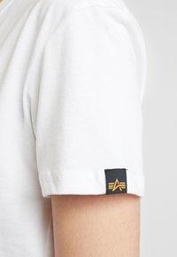 Alpha Industries - NEW BASIC - Print T-shirt - white/silver - 5