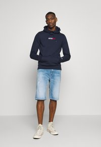 Tommy Jeans - TJM EMBROIDERED BOX HOODIE - Mikina skapucí - twilight navy - 1