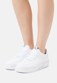 Nike Sportswear - AIR FORCE 1 PIXEL - Matalavartiset tennarit - white/black/sail - 6