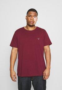 GANT - PLUS THE ORIGINAL - Camiseta básica - port red - 0