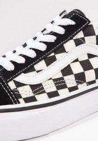 Vans - UA OLD SKOOL - Sneakers laag - black/white - 9