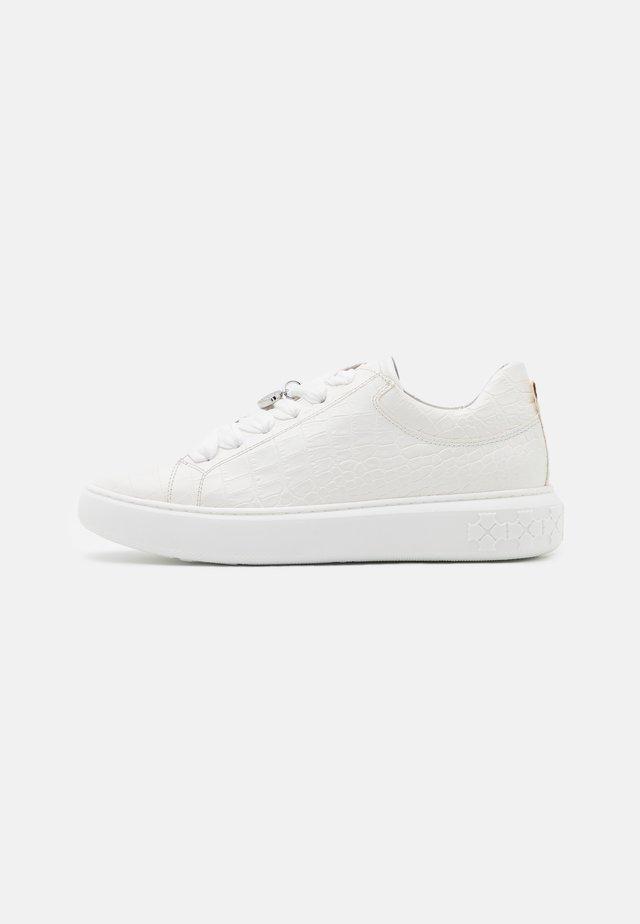 FLORA - Sneakers laag - weiß
