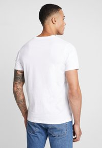 Levi's® - LEVI'S® X STAR WARS GRAPHIC - Print T-shirt - stormtrooper white - 2