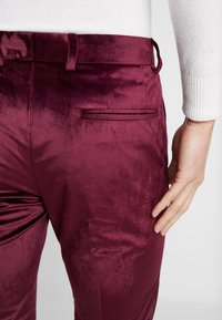 Burton Menswear London - VELVET PARTY - Kalhoty - burgundy - 3