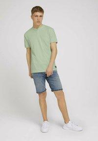 TOM TAILOR DENIM - MIT STREHKRAGEN - Basic T-shirt - smooth green - 1
