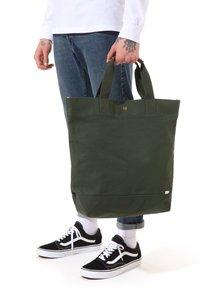 Vans - MN VERDES TOTE - Tote bag - kombu green - 0