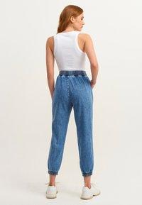 OXXO - MIT ENGEN BÜNDCHEN - Slim fit jeans - mid denim - 2