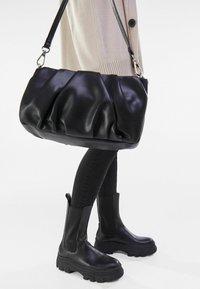 Bershka - MIT KETTE UND ZIERFALTEN  - Handbag - black - 1