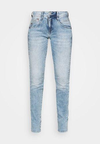 GILA SLIM TOUCH - Jeans slim fit - frozen