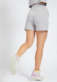 Guess - LOGODREIECK - Shorts - grau - 2