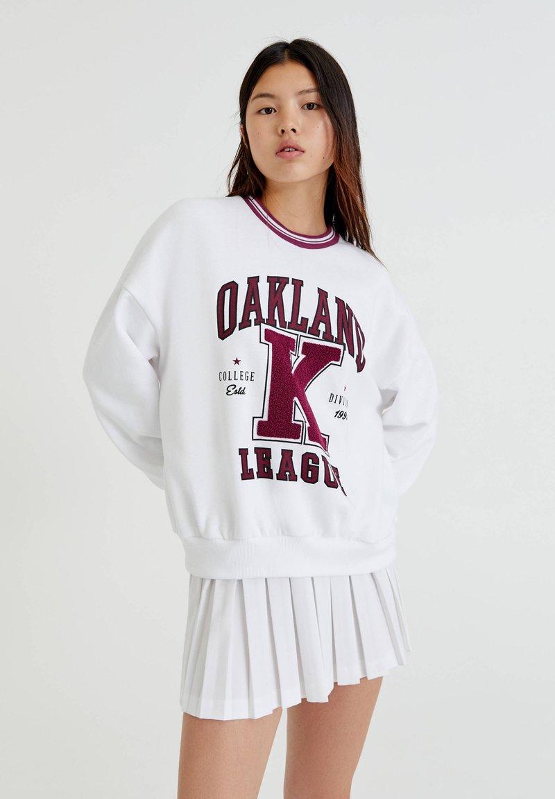 PULL&BEAR - OAKLAND MIT PATENTMUSTER - Sweater - white