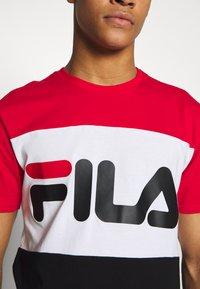 Fila - DAY TEE - T-shirt z nadrukiem - true red-black-bright white - 4