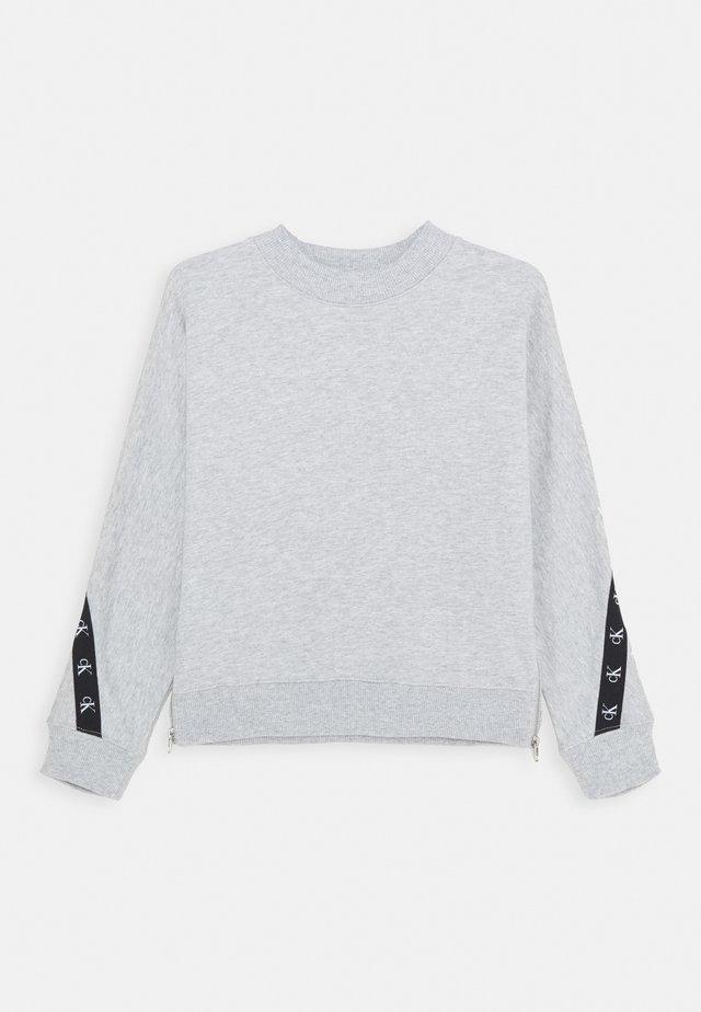 MONOGRAM TAPE  - Collegepaita - grey
