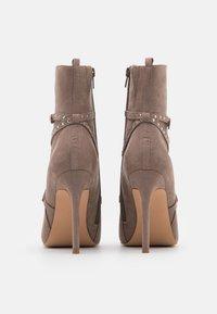 Even&Odd - Kotníková obuv na vysokém podpatku - taupe - 3