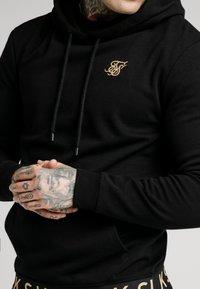 SIKSILK - ELASTIC JACQUARD OVERHEAD HOODIE - Jersey con capucha - black - 4