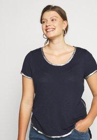 Vince Camuto Plus - SCOOP TEE - T-shirts print - dark blue - 3