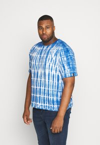 Common Kollectiv - PLUS TIE DYE PRINTED SHORT SLEEVED TEE - T-shirt z nadrukiem - blue - 0