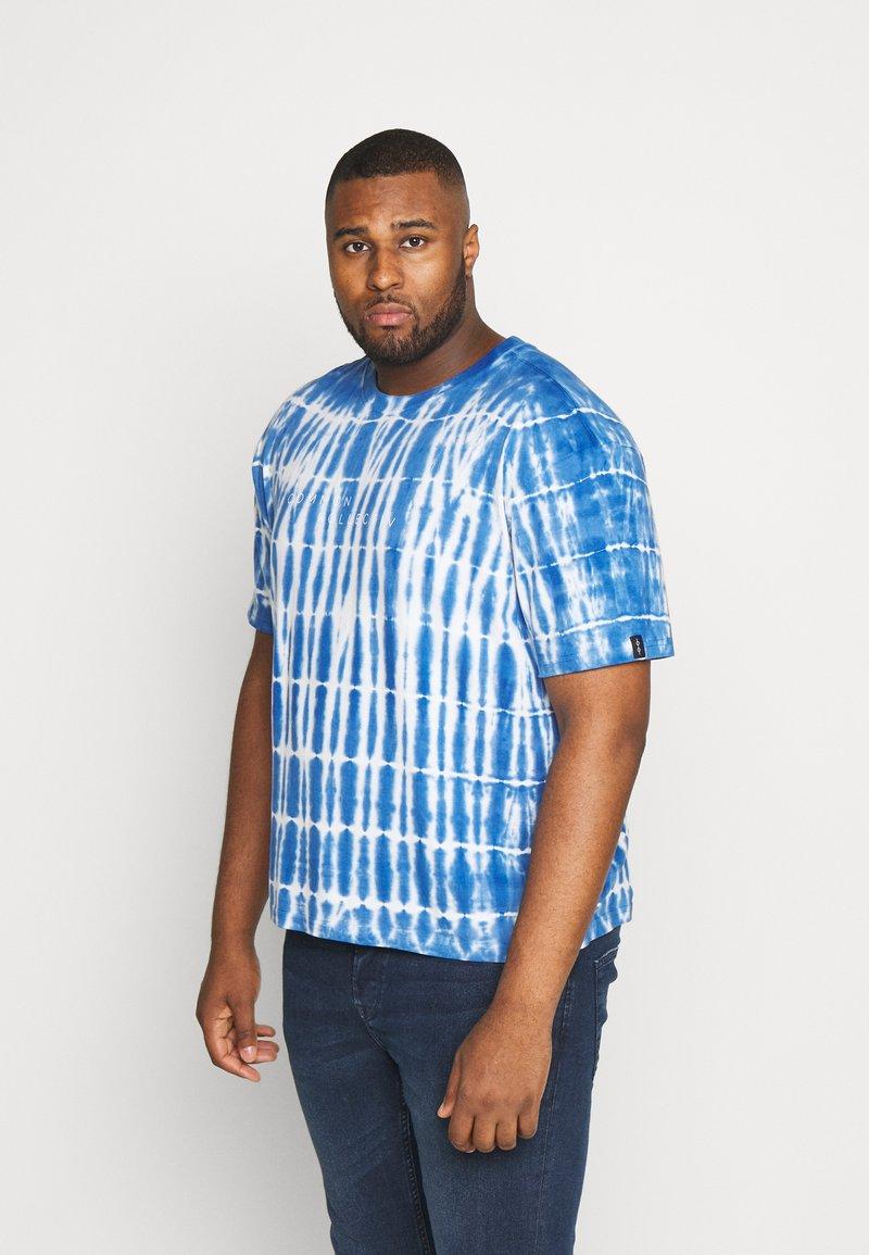 Common Kollectiv - PLUS TIE DYE PRINTED SHORT SLEEVED TEE - T-shirt z nadrukiem - blue