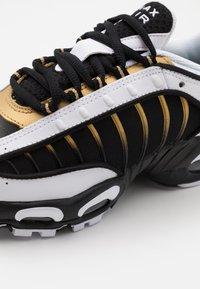 Nike Sportswear - AIR MAX TAILWIND IV - Sneakers basse - black/metallic gold/white - 5
