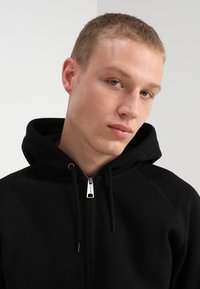 Carhartt WIP - HOODED CHASE - Luvtröja - black/gold - 3
