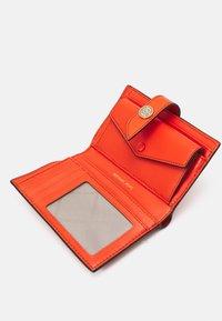 MICHAEL Michael Kors - CHARM WALLET - Peněženka - clementine - 2