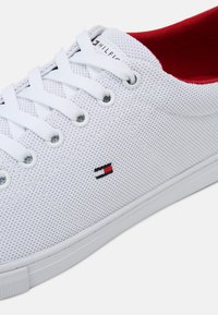 Tommy Hilfiger - ESSENTIAL VULC - Matalavartiset tennarit - white/primary red - 6