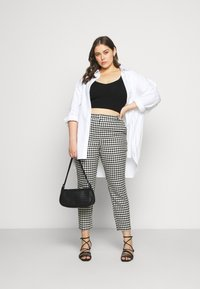 CAPSULE by Simply Be - HOUNDSTOOTH TAPERED TROUSERS - Trousers - black/white - 1