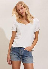 Odd Molly - KALEI - Print T-shirt - light chalk - 3