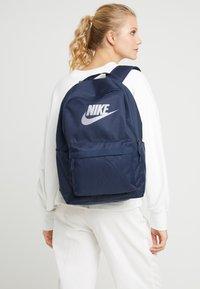 Nike Sportswear - HERITAGE - Reppu - obsidian/atmosphere grey - 5