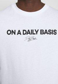 Daily Basis Studios - DAILY LOGO - Print T-shirt - white - 5