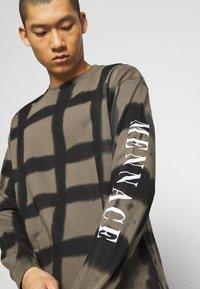 Mennace - GRUNGE MENNACE GRID TIE DYE TEE - Long sleeved top - khaki - 4
