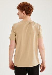 DeFacto Fit - Camiseta básica - beige - 2